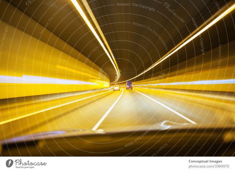 Auto fährt durch den Tunnel Stollen Straße Verkehr Nacht urban Großstadt Autobahn Transport Stadtbild PKW Geschwindigkeit reisen Bewegung dunkel schnell Abend