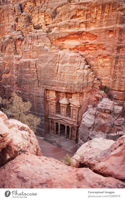 Erhöhte Ansicht von Al Khazneh - die Schatzkammer, alte Stadt Petra, Jordanien.  Asien. Abenteuer antik Antiquität Archäologie Architektur Beduinen behauen