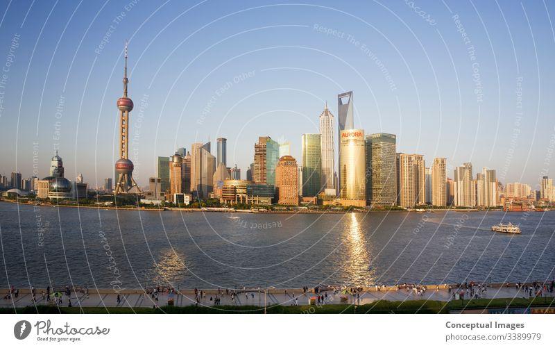 Hochansicht von Pudong und dem Bündelgebiet von Shanghai am Nachmittag shanghai china Skyline pudong Bund China Asien Großstadt Turm Business Chinesisch Fluss