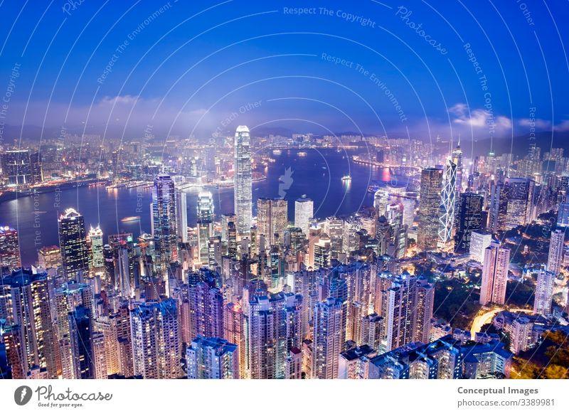 Hongkong von Victoria Peak in der Abenddämmerung, Hongkong, China. Asien. Architektur Business Großstadt Stadtbild Stadtzentrum erhöhte Ansicht hafen