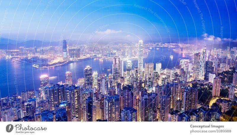 Panoramabild des Zentrums von Hongkong und des Hafens von Victoria von der Spitze Victorias in der Abenddämmerung Hongkongs, China. Asien. Architektur Business