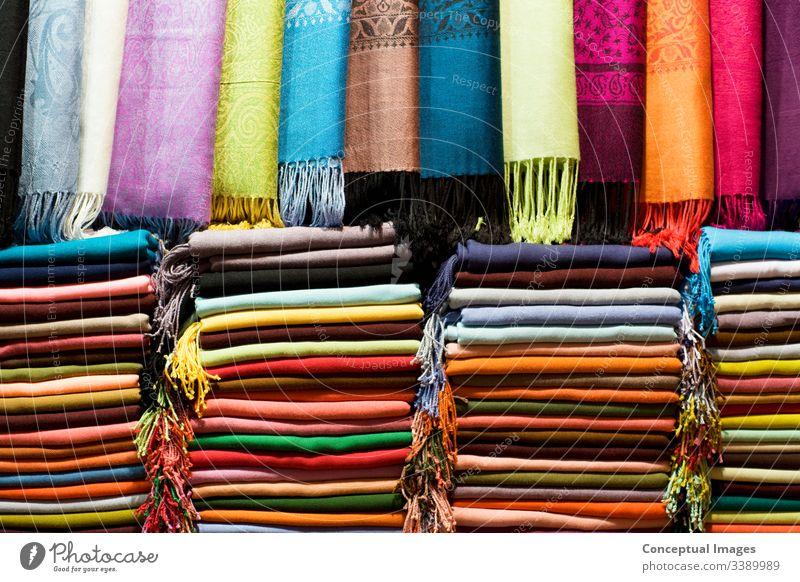 Pashmina-Schals auf dem Großen Basar, Istanbul, Türkei. Asien. asiatisch Hintergrund Bazar hell Kaschmiri Stoff Farbe farbenfroh Baumwolle Dekor Gewebe Mode