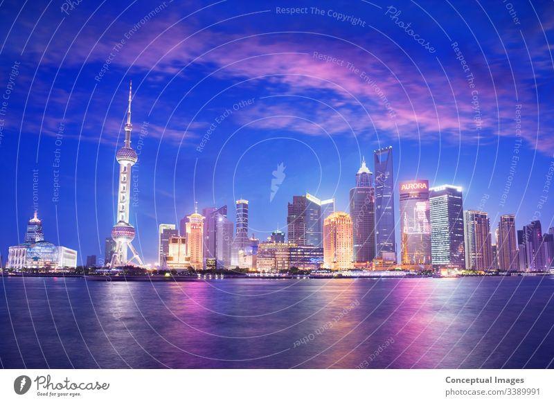 Skyline von Pudong in der Abenddämmerung, Shanghai. China. Asien pudong Bund Großstadt Turm Business Chinesisch Fluss Architektur Ansicht Szene huangpu