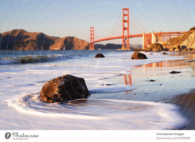 Golden Gate Bridge im Licht des späten Nachmittags, San Francisco, Kalifornien, USA. amerika Amerikaner Architektur Bucht Strand Großstadt Stadtbild Tiefbau