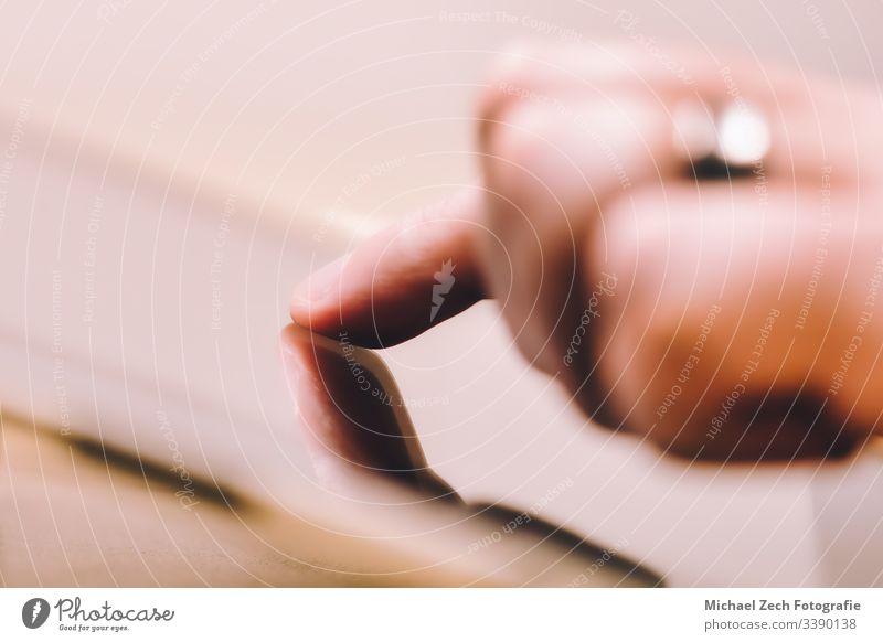Frau zeigt auf Tablett-Bildschirm, sucht im Internet digital Tablette Business Computer Technik & Technologie Mitteilung Hand Zahlung Zeigen berühren Finger