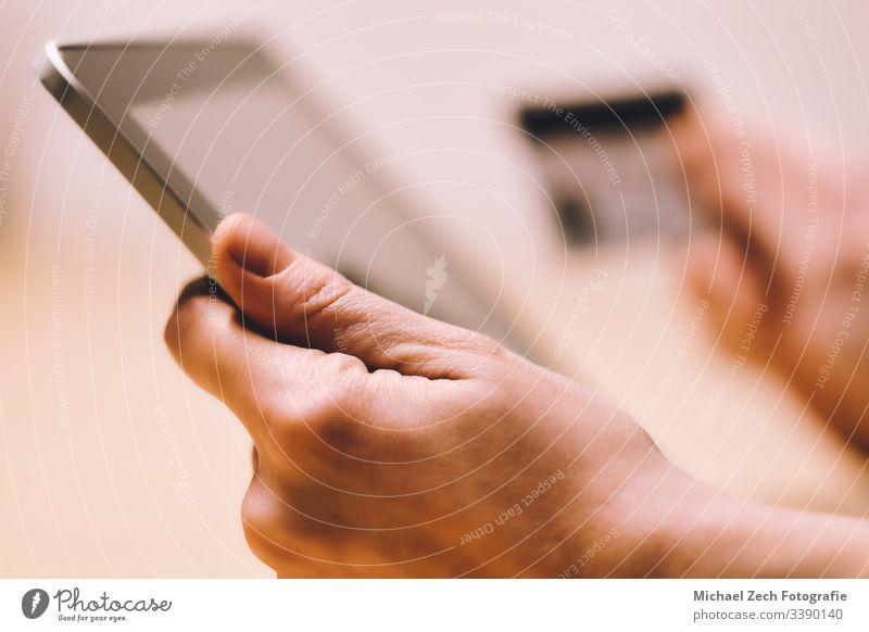 Frau zeigt auf den Tablettschirm und bezahlt online mit Kreditkarte Zahlung Technik & Technologie Internet Business Tablette Postkarte Kauf Laptop Computer