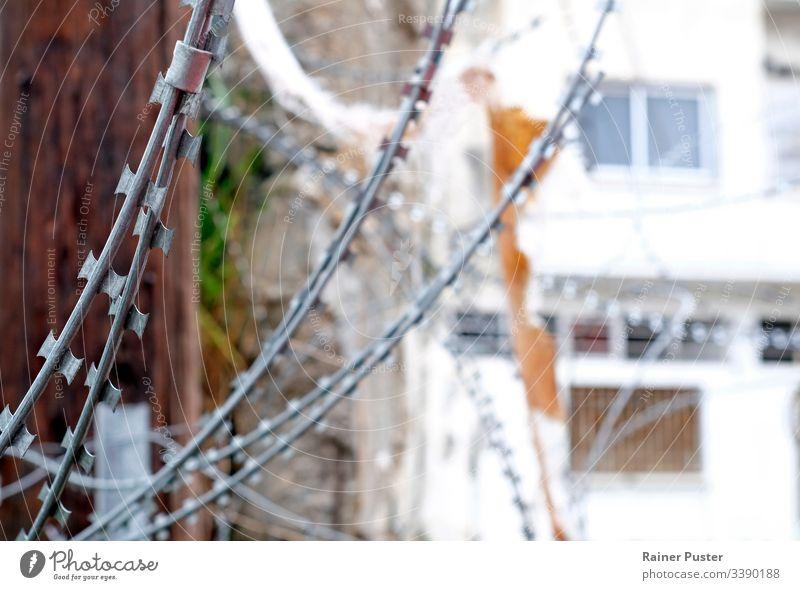 Stacheldraht an der Grenze durch Nikosia in Zypern Nicosia Nordzypern Nord Zypern Green Line abgrenzen Schutz Sicherheit Pufferzone Konflikt Grenzschutz