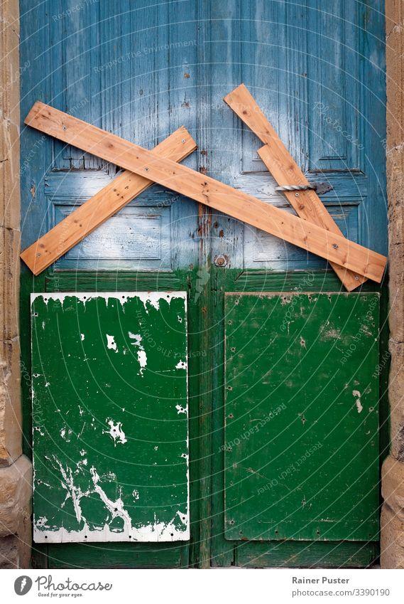 Verschlossene und verriegelte Tür in Nikosia, Zypern gesperrt zugeklappt hölzern Holz Gate Pufferzone Borte Verlassen verlassenes Haus