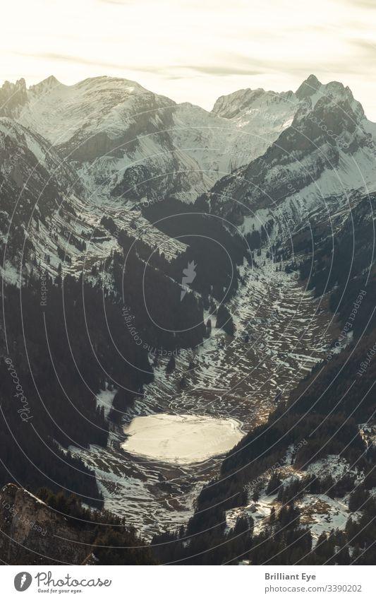 Der gefrorene Sämtisersee im Tal des Alpsteinmassivs in der Abendsonne Ansicht hoch Saison schön Fernweh malerisch Szene Berge u. Gebirge natürlich Europäer