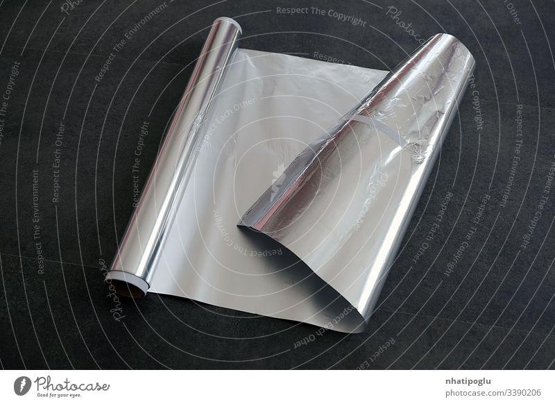 Aluminiumfolie, gerollte Aluminiumfolie, Nahaufnahme auf schwarzem Hintergrund, Papier vereinzelt weiß Tasche blanko Folie Verpackung Paket Rudel Kunststoff