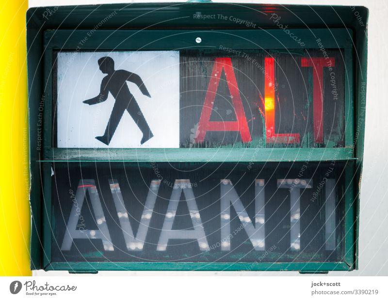 Halt! warten auf italienisch Ampel Grafik u. Illustration Fußgänger Kunststoff Verkehrszeichen leuchten Sicherheit Warnung Piktogramm Kunstlicht