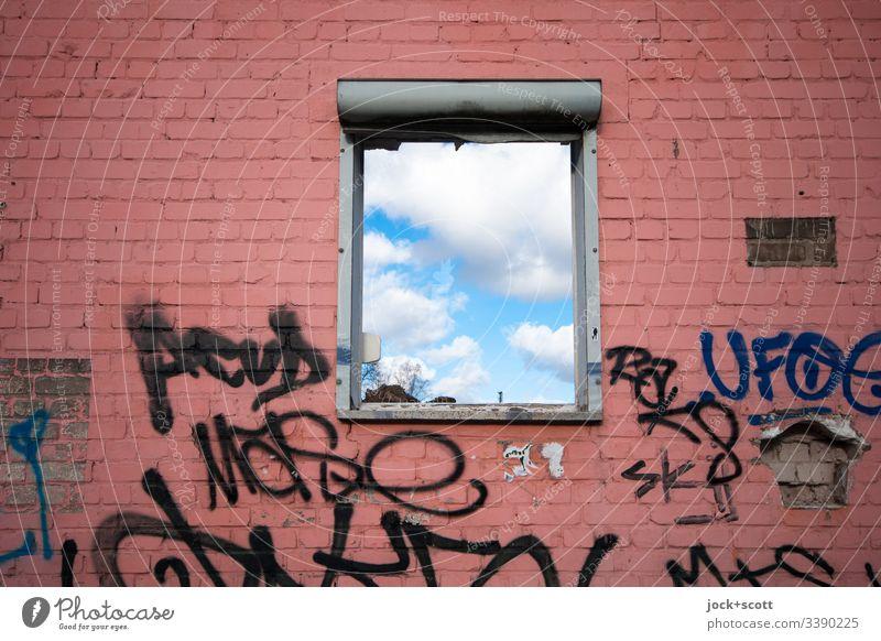 Wolken hinter dem Fenster lost places alt Tag Verfall Wand Haus Architektur Abrissgebäude Vergänglichkeit Ruine Wandel & Veränderung kaputt Sonnenlicht