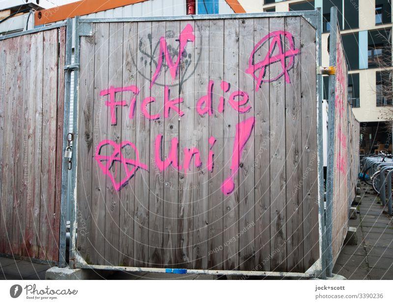 F*** die Uni Farbfoto Kontrast Bauzaun Streetart Protest Worte Zeichen Menschenleer Außenaufnahme Baustelle Tag Barriere Textfreiraum unten Sicherheit Schutz