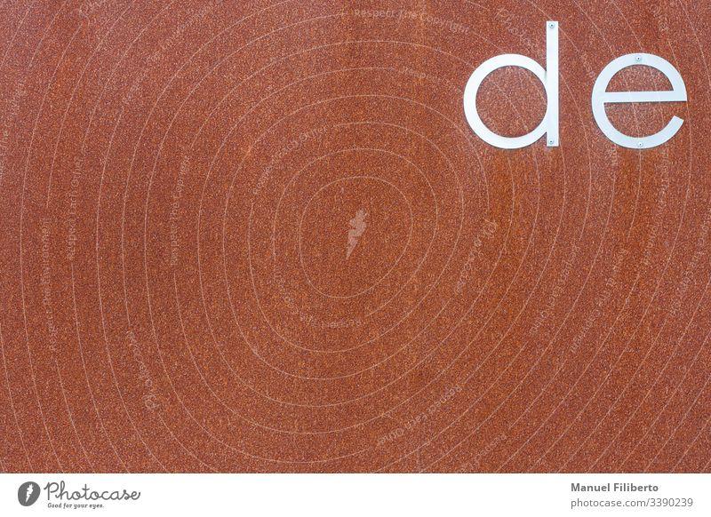"""rostige Eisenplatte mit den Buchstaben """"de"""" aus rostfreiem Stahl Metall typografisch bügeln Wörter texturiert Brief Sprache Dictionary reden Rede Ausdruck Text"""