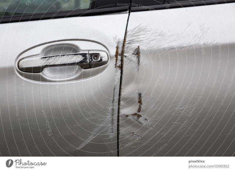 Autotür nach einem Verkehrsunfall Türgriff Unfallauto Schaden Blech Blechschaden Versicherung Versicherungsfall Recht Unglück Zusammenstoß Karambolage crash