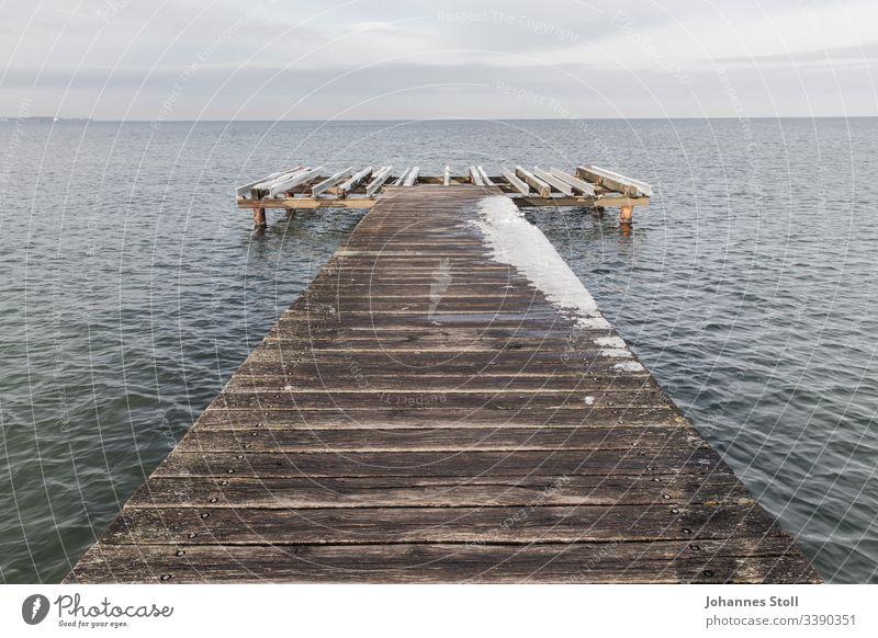Holzsteg mit Schnee an Ostseeufer Steg anleger kai bootsanleger holzsteg gangway hafen strand meer Seeblick ostssee kiel schiff segeln Nordsee Deutschland