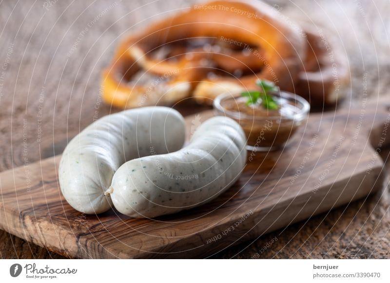 Paar bayerische Weißwürste Weißwurst Bayern Frühstück Planke Holz Portion paar zwei Oktoberfest europäisch essen heiß rustikal Senf Brezel Wurst weiß Kalbswurst