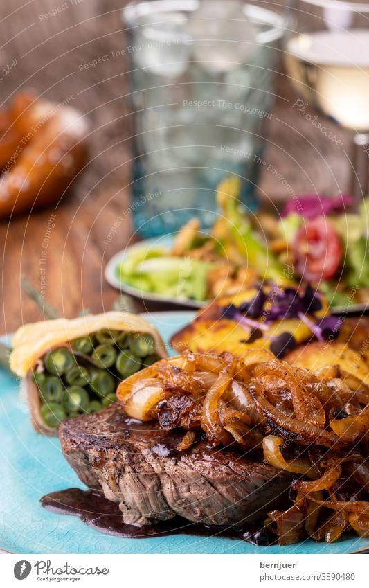 schwäbischer zwiebelrostbratenmit Kartoffeln und Bohnen Zwiebelrostbraten Bratkartoffel Braten Weißwein rot Küche Fleisch Steak bbq charolais Mahlzeit wagyu