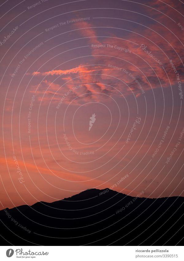Berggipfel bei Sonnenuntergang Silhouette rot purpur Abend blau Himmel Wolken Schatten Berge Berge u. Gebirge Stimmung Traurigkeit Melancholie Sommer Sommerzeit