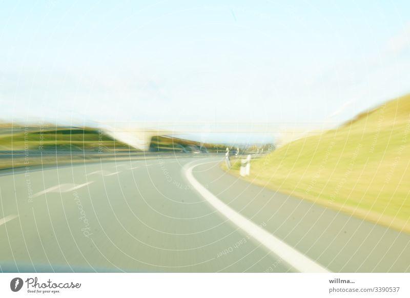 Schnellstraße, Langzeitbelichtung Straße Autobahn Brücke Bewegungsunschärfe Textfreiraum Geschwindigkeit Tempo Verkehrswege Menschenleer hell Tageslicht