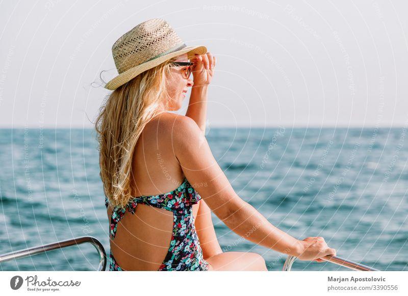 Junge Frau genießt an Deck eines Bootes auf dem Meer jung MEER Wasser Kreuzfahrt genießend Freude Freizeit entspannend Urlaub Sommer Feiertag reisen Tourismus
