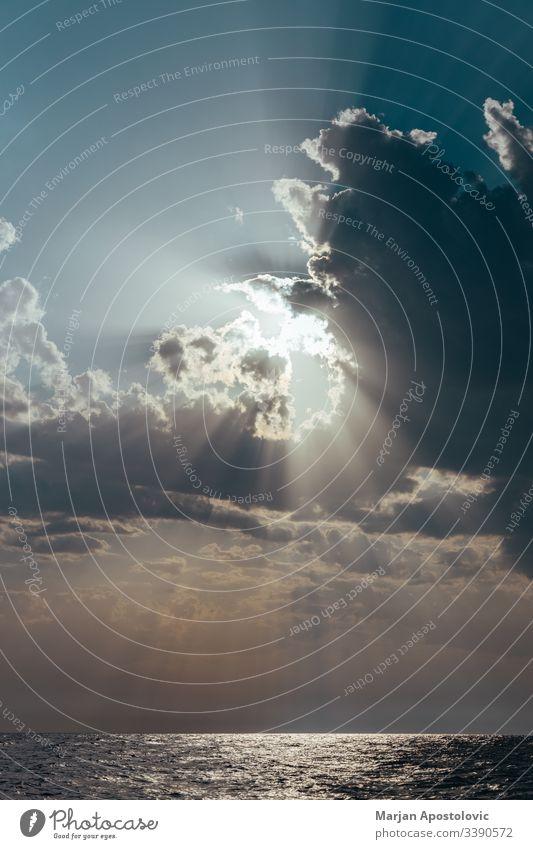 Die Sonne kommt durch die Wolken über einem Meereshorizont Sonnenlicht Himmel MEER Wasser Horizont Natur Wetter Sommer im Freien Himmel (Jenseits)