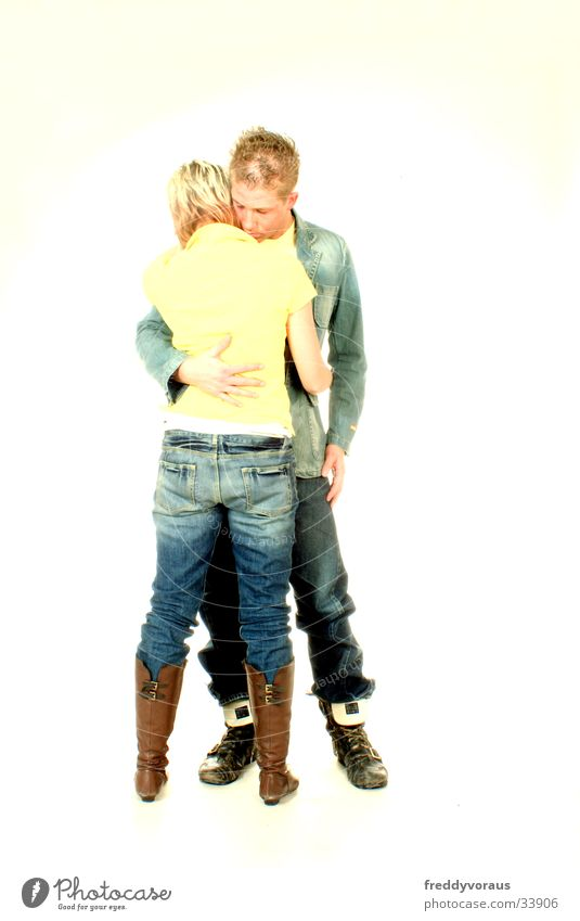 nadin&bo Mann Frau Umarmen gelb Liebe Jeanshose Mode Liebespaar