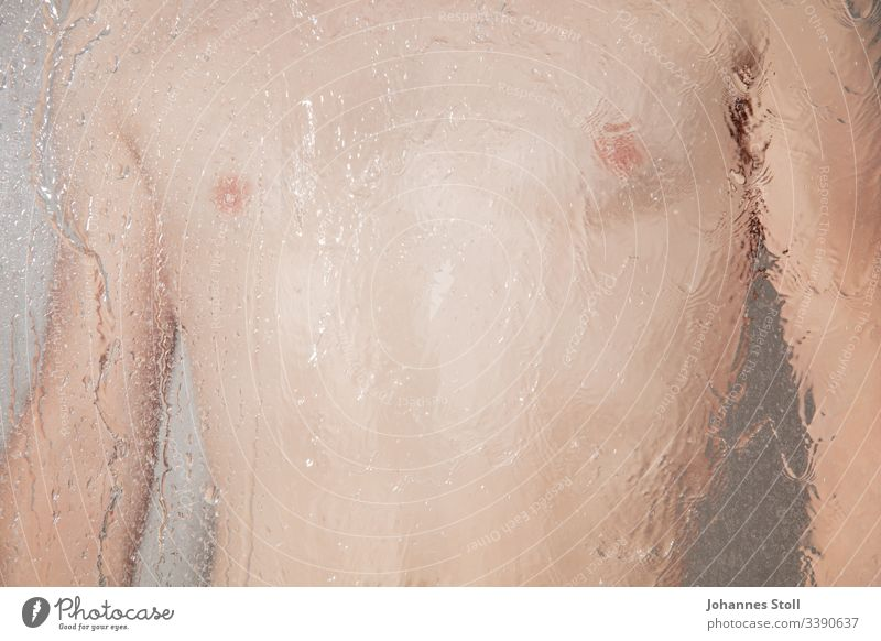 Männlicher Oberkörper hinter Wasser in Dusche dusche mann haut brust nacktheit hygiene Männlichkeit sexualität schwul homosexualitat körperlich Körperteile