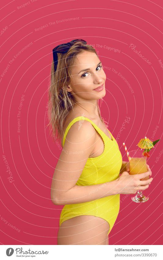 Attraktive trendige blonde Frau mit exotischem Cocktail trendy attraktiv Getränk Körper Fotokamera konzeptionell trinken Glas Glück Kopf ihr vereinzelt Freizeit