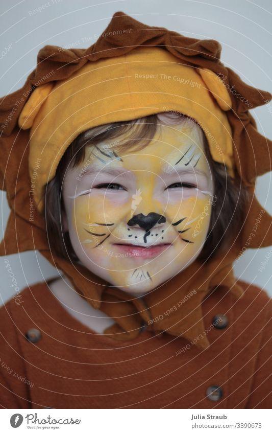 Kind verkleidet und geschminkt an Fasching als Löwe Mädchen süß niedlich Kopfbedeckung Knöpfe Schminken faschingszeit Karnevalskostüm Karnevalsmaske Löwenkopf