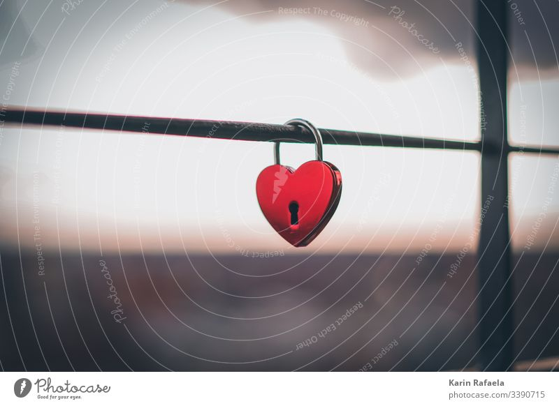 Liebesschloss Schloss rot Schlüsselloch Verbundenheit verbunden Farbfoto Außenaufnahme Romantik Zusammensein Treue Glück Verliebtheit Menschenleer Herz Gefühle