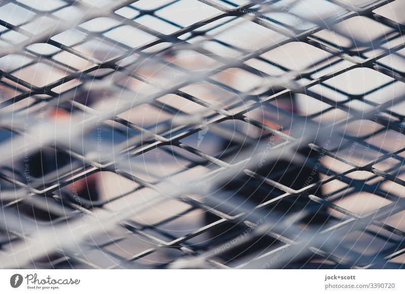 Metallgitter Zwischen Mir Und Anderen Leuten Strukturen & Formen abstrakt Linie Gitter Gedeckte Farben Silhouette Detailaufnahme Stimmung Netzwerk viele Stil