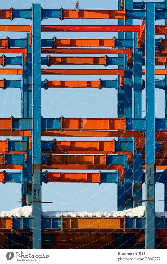 Muster von Metallbalken mit Schnee - vertikaler Schuss Architektur Gebäude Konstruktion bügeln Design Industrie industriell modern im Freien Himmel
