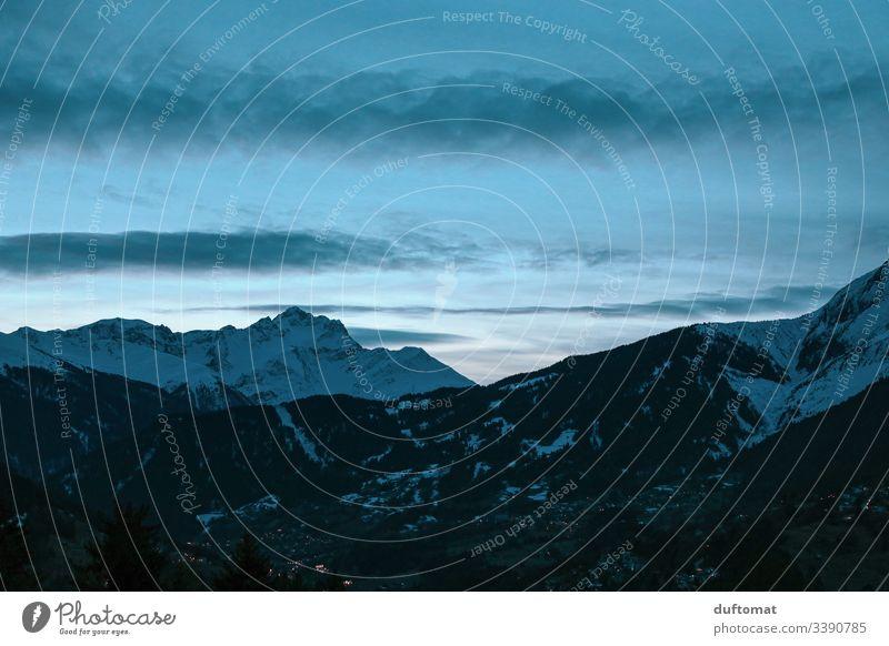 Alpenpanorama bei Nachtanbruch Panorama Berge Schnee Skifahren Tal kalt Gebirge Winter Landschaft Ferien Urlaub Skipiste Himmel frisch Winterurlaub Aussicht