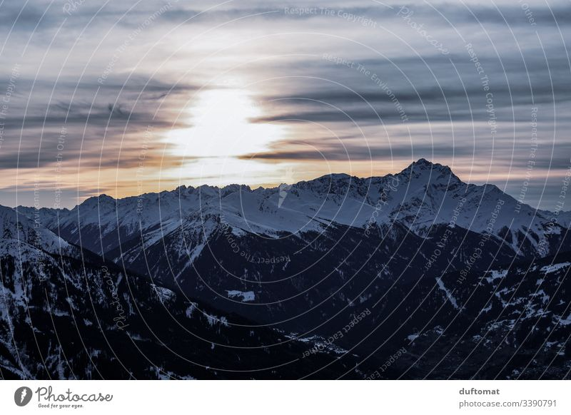 Sonnenuntergang hinter Alpenpanorama Panorama Berge Schnee Skifahren Tal kalt Piste Gebirge Skigebiet Winter Landschaft Ferien Urlaub Skipiste Himmel frisch
