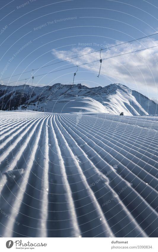 Unverspurte Piste unter dem Lift mit Neuschnee Panorama Berge Schnee Skifahren Tal Powder Anfänger kalt Sonnenaufgang Spuren Gebirge Skigebiet Winter Abfahrt