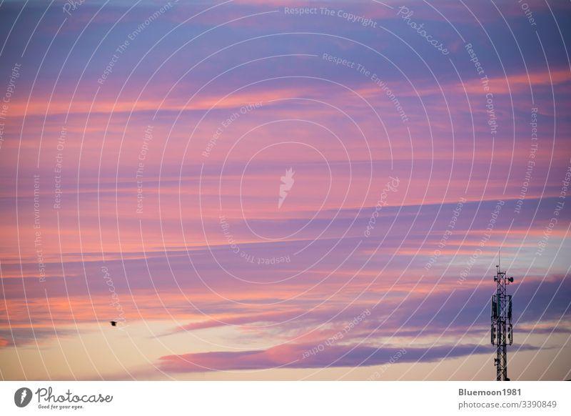 Kommunikations-Antennenturm in der Morgendämmerung mit schönen bunten Wolken am Himmelshintergrund Turm früh Fliege Mobile Sender Mitteilung Radio Zelle