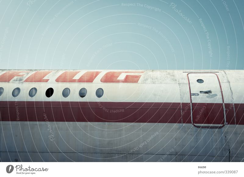Nur Flug, ohne Hotel Himmel Ferien & Urlaub & Reisen alt rot Reisefotografie Flugzeugfenster fliegen Tür dreckig Luftverkehr Streifen retro Buchstaben