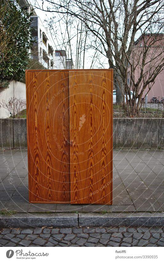 Ein Schrank steht auf dem Bürgersteig Holz tür möbel stehen Häusliches Leben sperrmüll menschenleer Tag Farbfoto Außenaufnahme maserung skurril unerwartet baum