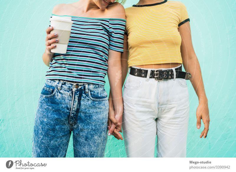 Liebendes lesbisches Paar, das eine gute Zeit miteinander verbringt, Partnerschaft aussruhen Termin & Datum lieblich positiv Großstadt Freiheit Leben jung Stolz