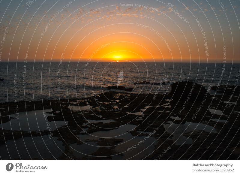 Sonnenuntergang in Marokko Sonnenlicht Urlaubsstimmung Urlaubsfoto Wasser Meer Atlantik Atlantikküste Horizont orange Stein Abend Abenddämmerung Afrika