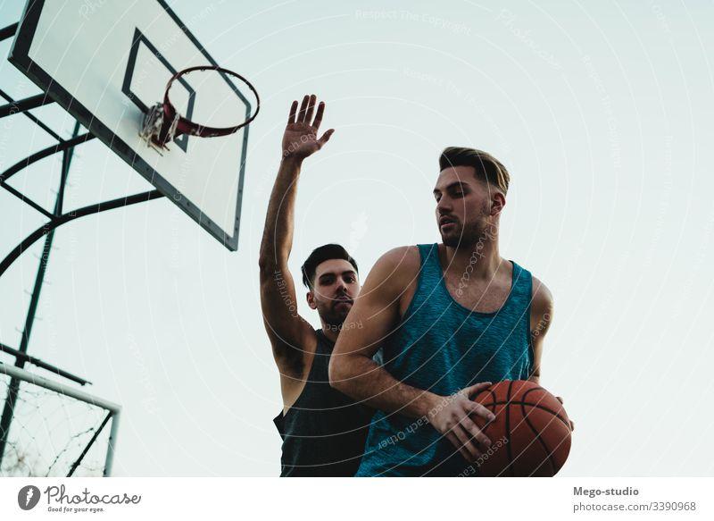 Junge Basketballspieler im Einzelspiel. Spiel Jugend Sport Ball Gericht männlich Korb jung Team Zusammensein aktiv spielen Aktion Spielplatz Übung Männer
