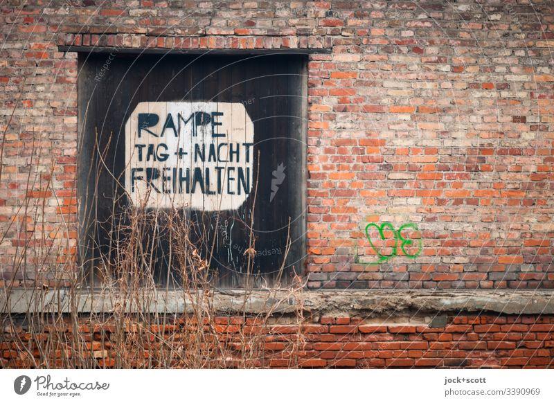 Rampe, Tag + Nacht Freihalten Winter Hinweisschild Backstein Verbote Nostalgie Vergangenheit Vergänglichkeit Großbuchstabe Zahn der Zeit Schablonenschrift