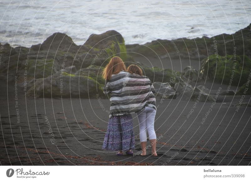 Teilen Mensch Kind Natur Meer Mädchen Strand Umwelt Leben feminin Küste Haare & Frisuren Kopf Beine Familie & Verwandtschaft Wetter Körper