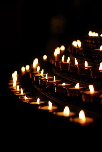 Kerzen Kerzenschein Trauer Trauerfeier Kirche beten Gebet dunkelheit Christentum Spiritualität stille Hoffnung Ostern