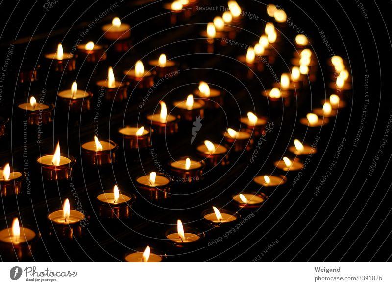 Kerzen Kerzenschein Trauer Spiritualität Meditation Gebet Gott Gotteshaus Religion & Glaube Innenaufnahme erinnern Tod Kirche