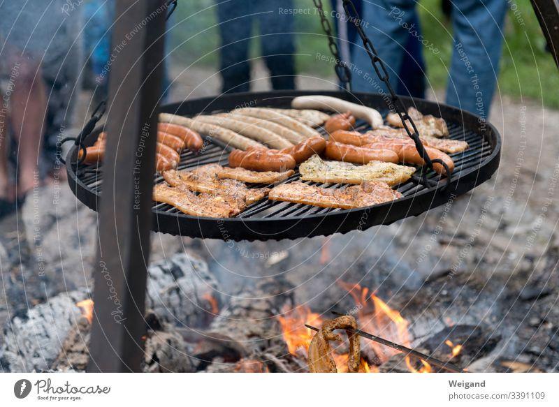 Grill Grillen Party Fleisch Steak Wurstwaren Außenaufnahme Grillrost heiß lecker Lebensmittel Grillsaison Lagerfeuerstimmung Feuer