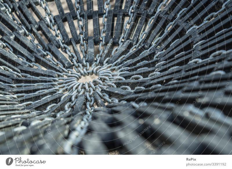Spielplatz-Schaukel-Sitzmuster. abstrakt Textur Muster Metall schwarz Glas blau Stahl Wasser weiß Industrie Makro gebrochen Tapete anketten pendeln Netzwerk