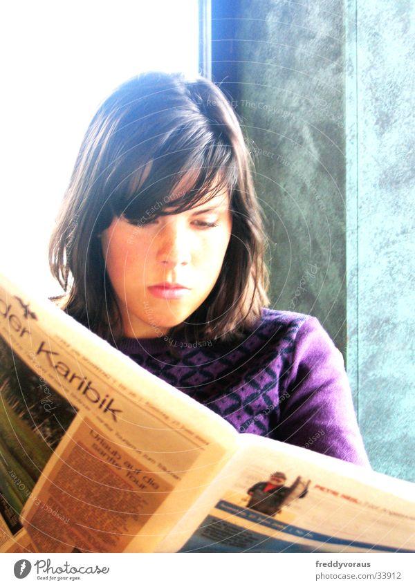 Lenemaus Frau Sonne Gesicht lesen Zeitung Café
