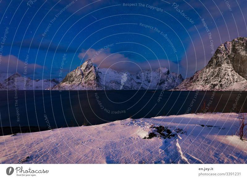 Reinefjorden zur blauen Stunde mit Mount Olstinden und Schnee farbe norwegen lofoten reine reinefjorden mount olstinden blaue stunde nachthimmel wolken